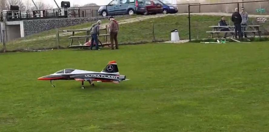Max Scholten landt zijn toestel met turbine